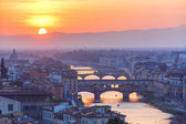 Arno and Ponte Vecchio at sunset, Florence, Italy — Stock Photo