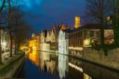 Paisagem urbana de noite com uma torre Belfort e verde canal em Brug — Fotografia Stock