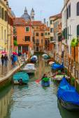 Tourists and the rowers on a rainy day in Venice — Stock Photo