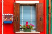 Renkli pencere duvardaki, burano, Venedik, İtalya — Stok fotoğraf