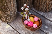 Happy easter with eggs and spring flowers — Stock Photo
