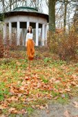 Young girl with flower wreath near the gazebo in autumn park — Stock Photo