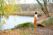 Autumn young girl near the pond — Foto Stock