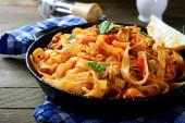 Špagety s omáčkou a mořské plody — Stock fotografie
