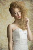 Chica joven con el pelo rizado — Foto de Stock