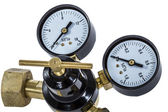 Gas pressure regulator with manometer, isolated with clipping pa — Stockfoto