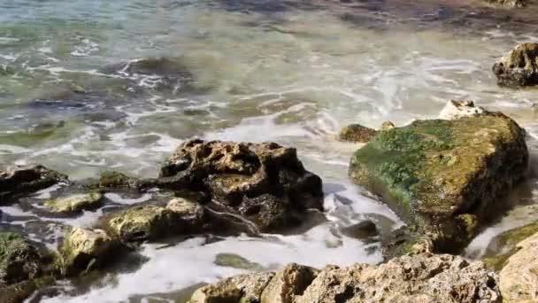 Olas del mar rompiendo en las rocas — Vídeo de stock