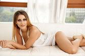 Mulher linda e sensual, usando lingerie preta — Fotografia Stock