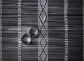 Dwie obrączki na mat bambusowych — Zdjęcie stockowe
