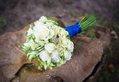 Wedding golden rings on bridal bouquet — Stock Photo