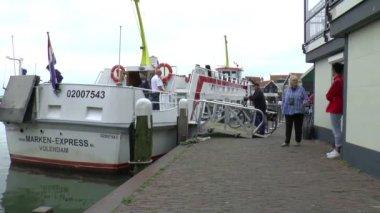 Passengers embarking the ferry — Stock Video