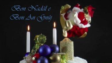 Santa claus snurrar runt på månen — Stockvideo