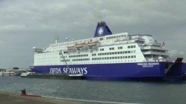 Ferry to England in harbor — Vídeo de stock