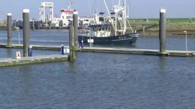 Połów Łódka jest wprowadzanie portu — Wideo stockowe