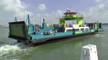Ferry carries passengers — Stock Video