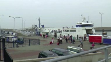 Passengers leaving ferry after entrance harbour — Stock Video