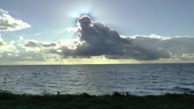 Pôr do sol e céu nublado sobre Markermeer — Vídeo stock