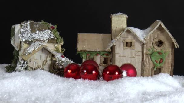 Casa de papel con adornos de Navidad caen — Vídeo de stock