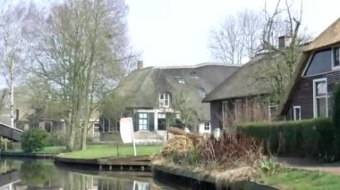 Small boat sailing in Giethoorn — Stock Video