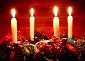рождественский венок на деревянный стол — Стоковое фото