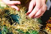 Woman making christmas wreath — Stockfoto