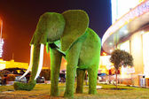 Green grass elephant sculpture — Stockfoto