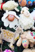 Фрагмент рождественской елки украшен игрушками — Стоковое фото