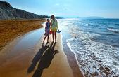 Vue de xi plage matin et famille (grèce, céphalonie). — Photo
