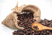 Jüt çuval içinde kavrulmuş kahve çekirdeği — Stok fotoğraf
