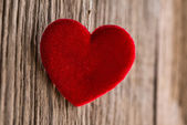 Red heart hanging on wooden texture background — Foto de Stock
