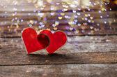 Två röda hjärtan på trä bakgrund — Stockfoto