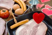 愛や心健康料理コンセプトのフライパンで心 — ストック写真