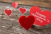 古い素朴な木製の背景に赤いバレンタイン ハート — ストック写真