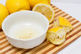 Lemon juice in bowl — Stock fotografie