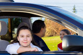 Daughter Waits Patiently As Dad Sends Off Sister — Stock Photo
