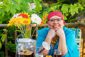 Hispanic Female With Bright Smile Dining Outdoors — Stock Photo