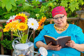 Female Reading Outdoors On Patio — Stock Photo