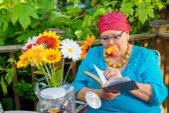 Hispanic Woman Enjoys Evening Snack Outside — Stock Photo