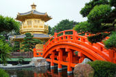 The Golden pavilion and red bridge in Nan Lian Garden near Chi Lin Nunnery, famous landmark in Hong Kong — Stock Photo
