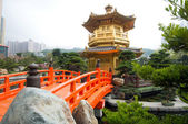 The Golden pavilion and red bridge in Nan Lian Garden near Chi Lin Nunnery, famous landmark in Hong Kong — ストック写真