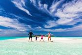 Familia en la playa tropical de las manos — Foto de Stock