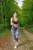 Genç ve güzel kız runner orman. — Stok fotoğraf