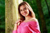 年轻可爱女人特写肖像树附近 — 图库照片