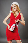 Frau schöne lächelnd mit Glas Champagner Santa Weihnachten' — Stockfoto