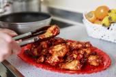 Närbild av karamelliserad asiatisk kycklingvingar med selektiv inriktning — Stockfoto