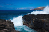 Waves by the rocky shore — Stock Photo