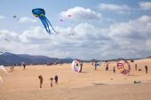 FUERTEVENTURA, SPAIN - NOVEMBER 08: Viewers watch from the groun — Stockfoto