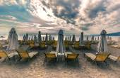 Lounge sun bed and umbrella on tropical beach sunrise morning — Stock Photo