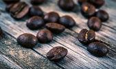 Gebrande koffiebonen op hout — Stockfoto