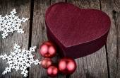 Heart shape christmas present box red christmas decoration Balls on wood — Foto Stock
